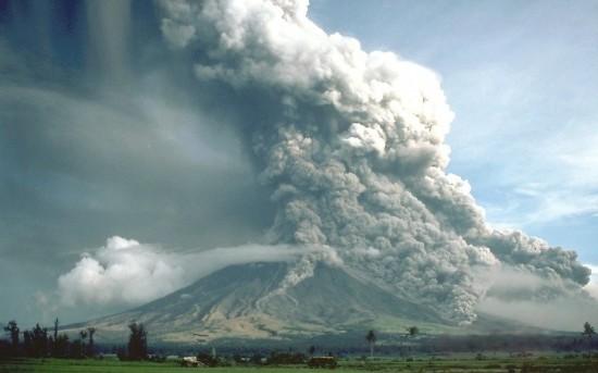 1984년 필리핀 마욘 화산이 폭발하는 장면. 산비탈을 타고 흘러내리는 잿빛의 화쇄류는 화산 폭발의 가장 큰 위협이다.